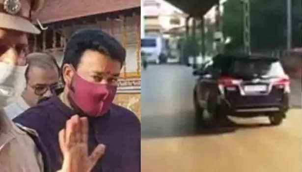 குருவாயூர் கோயிலில் மோகன்லால்